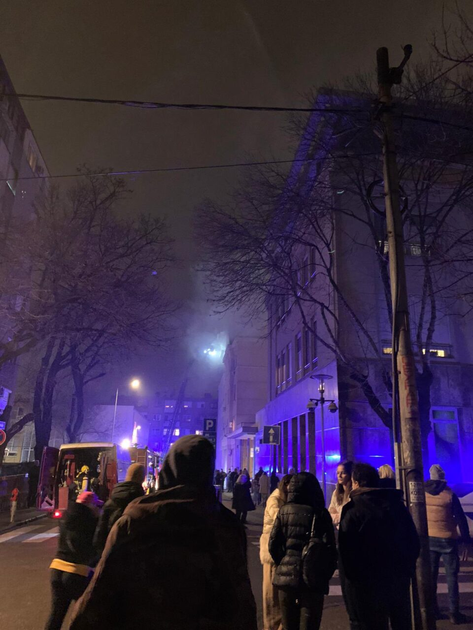 ЕВАКУАЦИЈА СРЕД БЕЛГРАД – веќе еден час се гаси пожар во станбена зграда, еве ги деталите (ФОТО+ВИДЕО)
