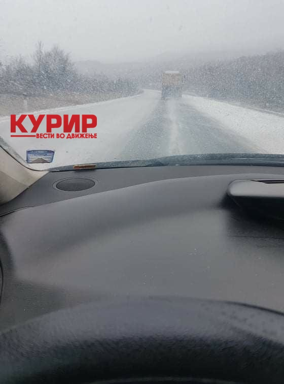"""ВНИМАВАЈТЕ НА АВТОПАТОТ СКОПЈЕ-ВЕЛЕС: Снегот повторно ги изненади """"Македонија пат"""" во месец февруари (ФОТО)"""