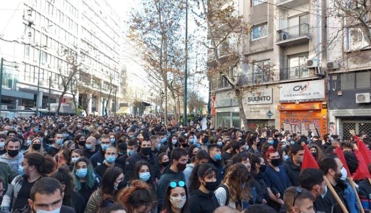 Студентите во Атина масовно протестираат