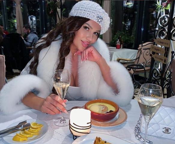 ФОТО: Станија објави селфи, но сите гледаат зад неа – еве кој седеше зад старлетата во луксузниот хотел на Златибор