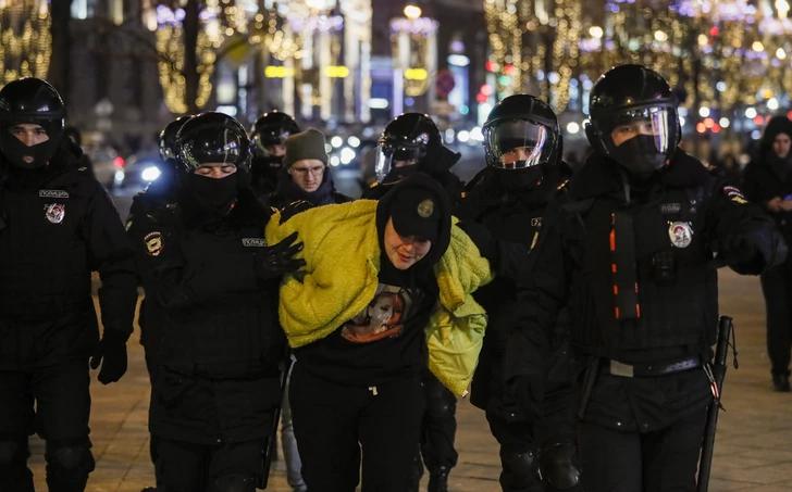 НЕМИРИ ВО МОСКВА ПО ПРЕСУДАТА НА НАВАЛНИ – полицијата на терен, уапсени неколку млади лица (ФОТО+ВИДЕО)