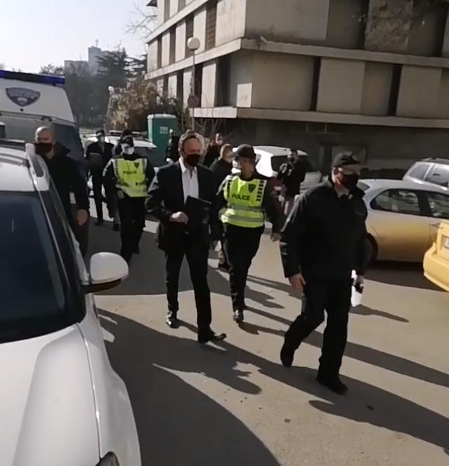 ВИДЕО: Мијалков со силно полициско обезбедување пристигна во судот директно од домот на Водно