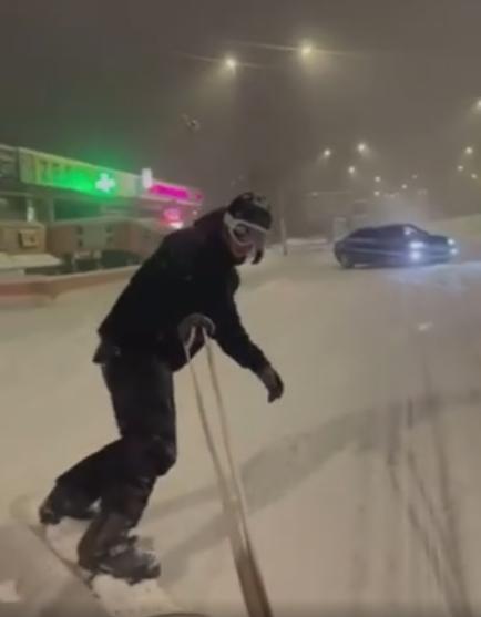Битолчани се мајтапат на неисчистените улици од снегот- со борд низ целиот град (ВИДЕО)