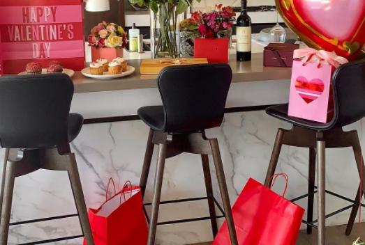 Еден куп рози, балони, а во кујната тој седи гол: Од овој подарок кој го доби славната пејачка на жените ќе им испаднат очите (ФОТО)