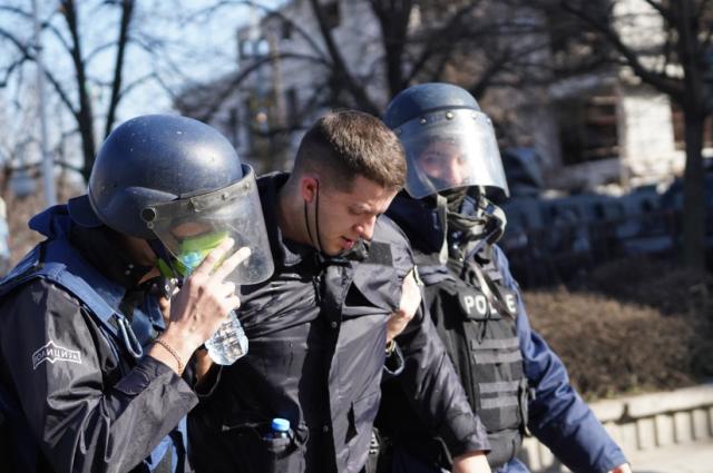 Двaјца повpeдени полицajци: Изнесени на paце откако дeмонcтpaнтите yдpија по полициjaта (ФОТО)