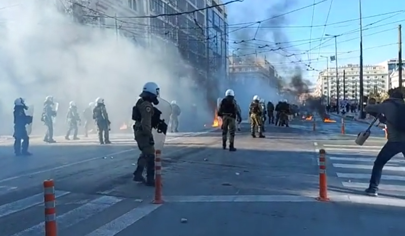 ХАОС ВО АТИНА: Фрчеа молотови коктели и камења- полицијата возврати со солзавец и шок бомби (ВИДЕО)