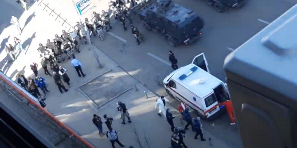 """Новинар удрен со тврд предмет на протестот за """"Монструм"""", завршил во Градска со тешки повреди"""