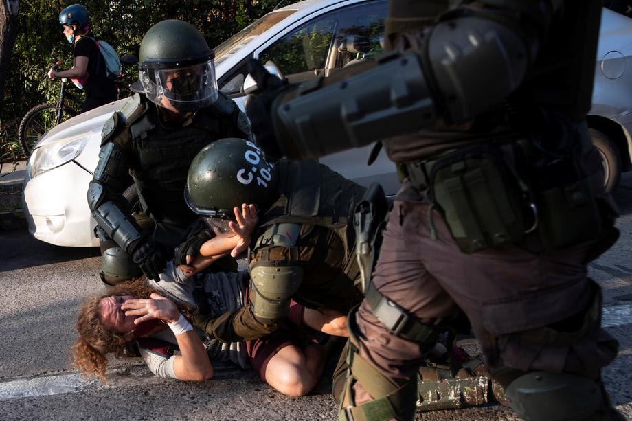 ХАОС ВО ЧИЛЕ: Полицијата уби уличен забавувач- јавноста гневна, запалени државни згради (ФОТО)