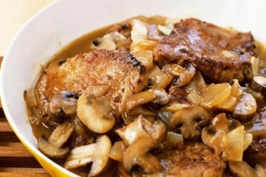 Рецепт за почетници: Со овој златен совет новопечените домаќинки ќе научат како правилно да го динстаат месото!