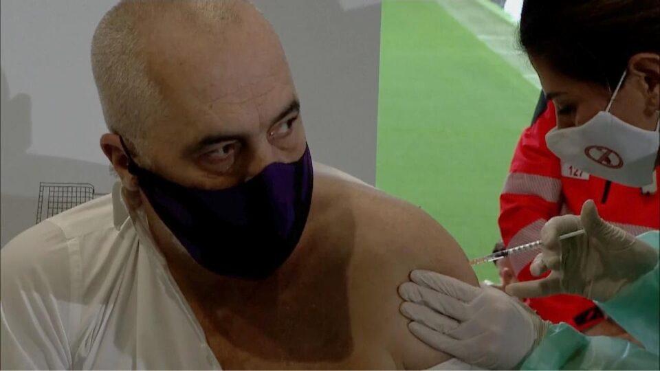"""Претседателот на Албанија денеска ја прими и втората доза од вакцината на """"Фајзер"""""""