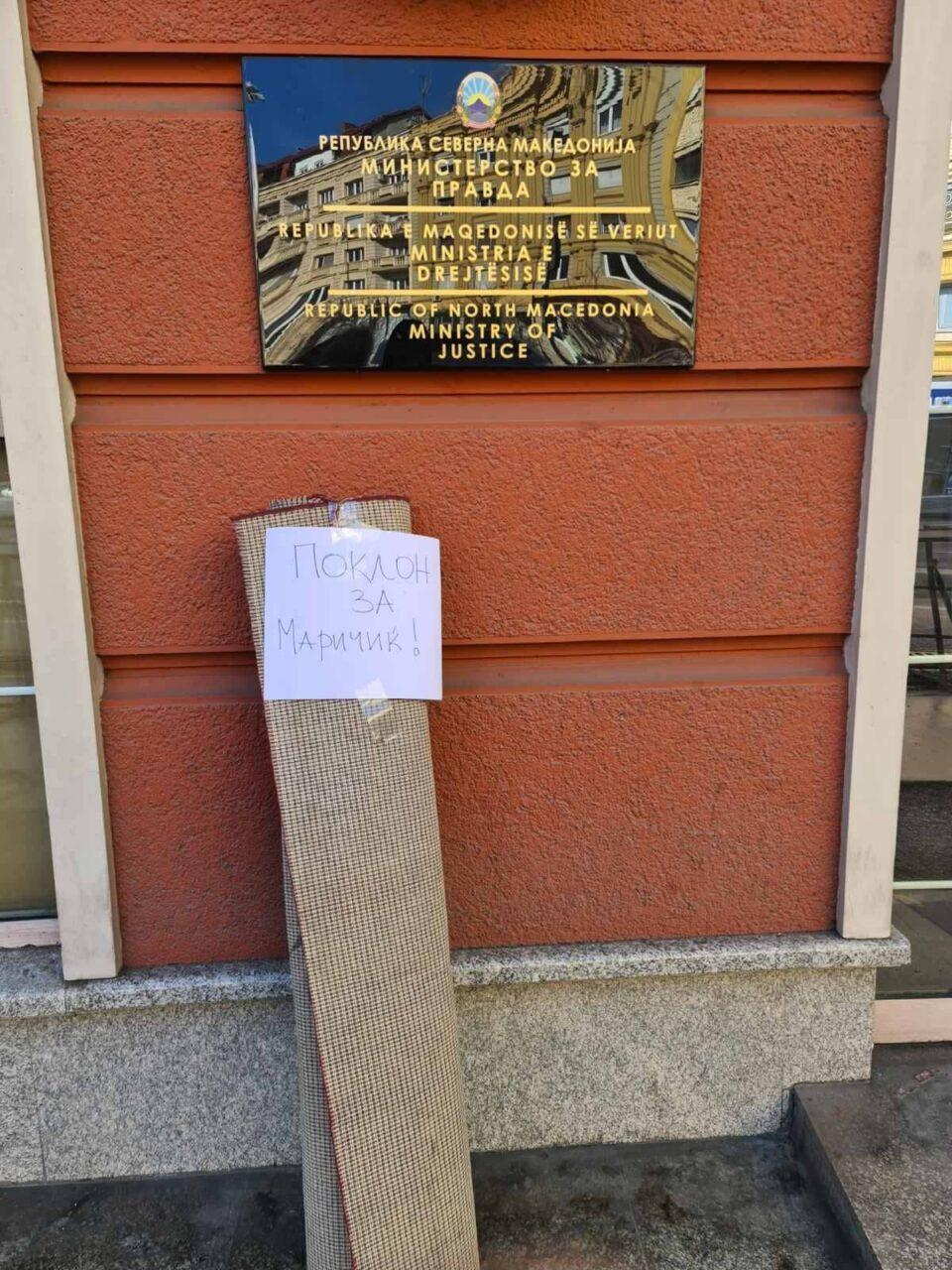 ФОТО: По скандалот, пред Министерството за правда оставен тепих- подарок за Маричиќ