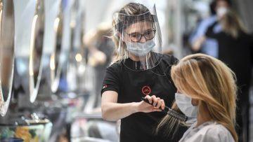 По олабавувањето на здравствените мерки во Австрија, фризерниците и продавницит неконтролирано се полнат