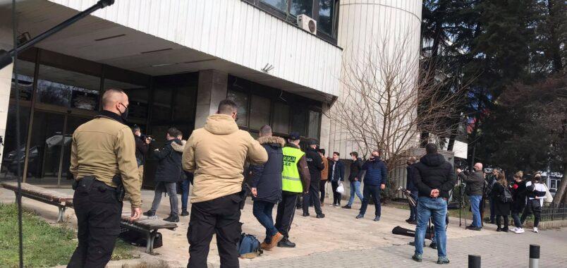 Полицијата на Спасовски удри против средношколците: Кордон полиција ја штити Царовска од средношколците