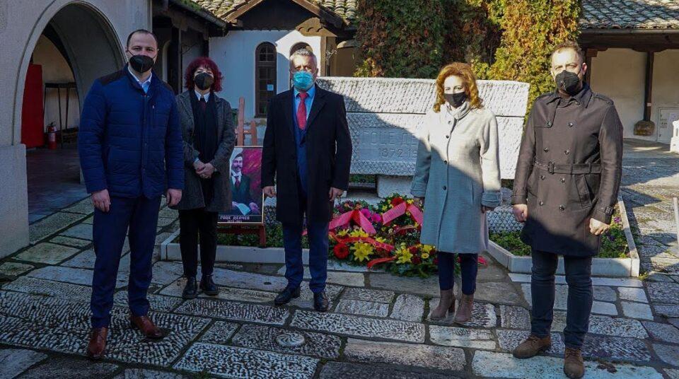 Делегација на ВМРО-ДПМНЕ положи свежо цвеќе на гробот на Гоце Делчев: ВМРО-ДПМНЕ останува на браникот на татковината, Делчев е нашиот идентитет (ФОТО)