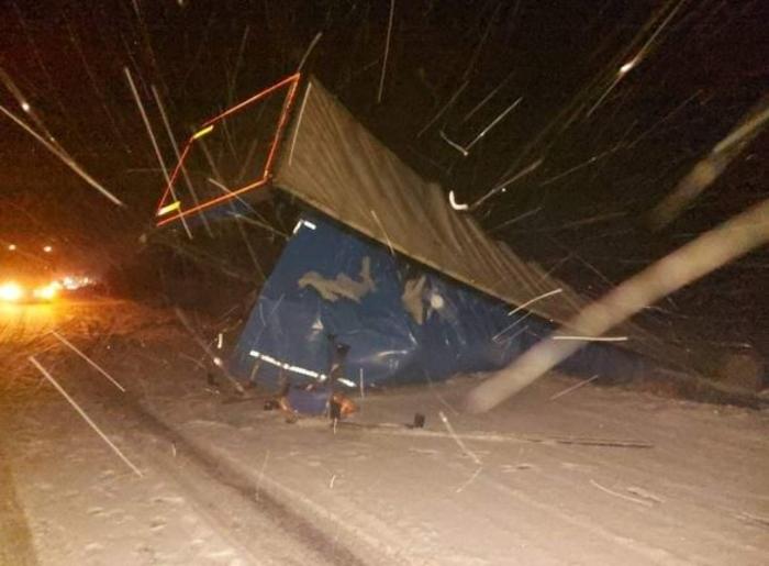 Камион излета од патот поради снегот кои не го чистат надлежните- причинета е огромна материјална штета
