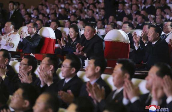 ФОТО: Мистериозната сопруга на Ким Јонг Ун, се појави во јавноста после една година
