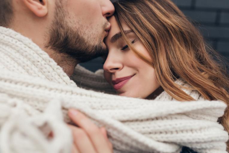 Кој би помислил: Еве што значи бакнежот во чело