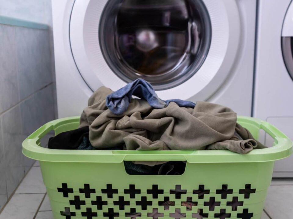 Корпата за валкани алишта ви стои во тоалетот – Еве зошто тоа е голема грешка