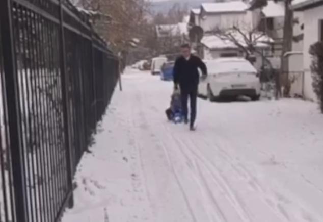 ВИДЕО: Мицкоски ги искористи неисчистените скопски улици за забава со децата