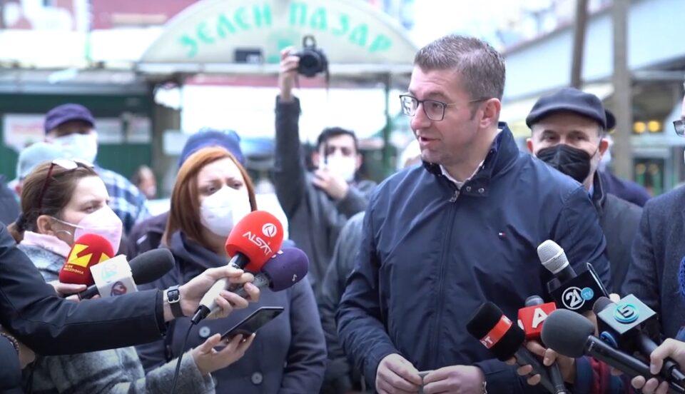 Мицкоски срдечно пречекан од граѓаните на Зелено пазарче (ВИДЕО)