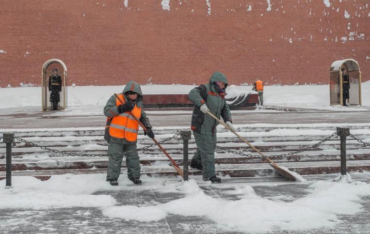 Снежно невреме во Москва, 60.000 комуналци го чистат градот