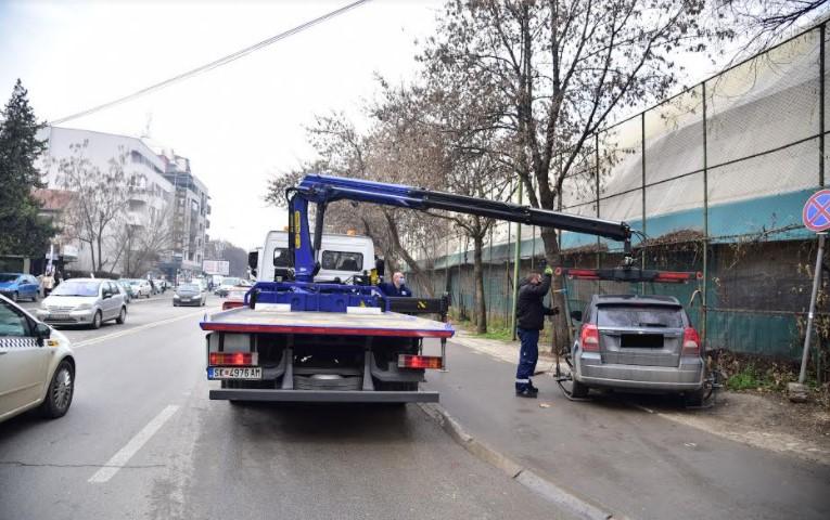 """Град Скопје: За три месеци """"пајакот"""" подигна 172 возила од Чаир и Бит-пазар"""