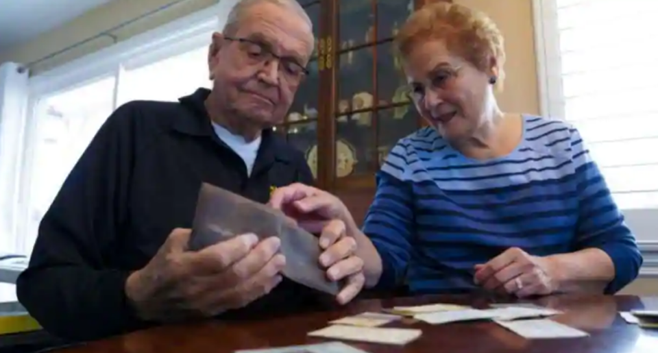 По 53 години му го пронашле паричникот кој го изгубил на мисија – тоа што се наоѓало внатре нему живот му значело!