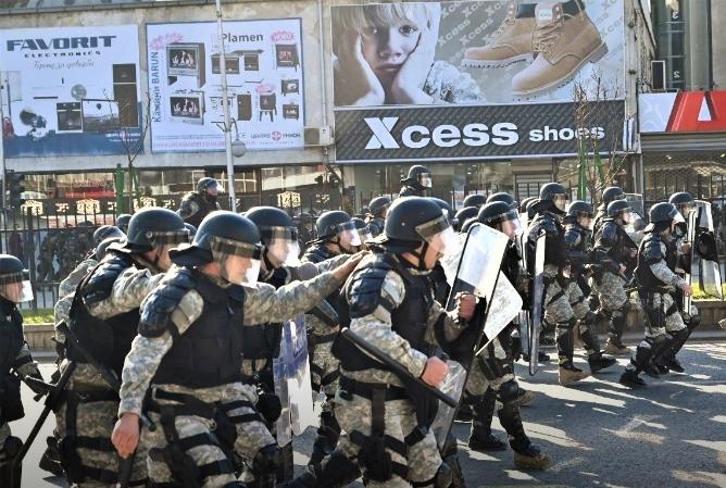 """Полицијата му ги избриша снимките од протестот на репортерот на """"Слободен печат"""": Нѐ снимаш во лице, па ни ги палат автомобилите!"""