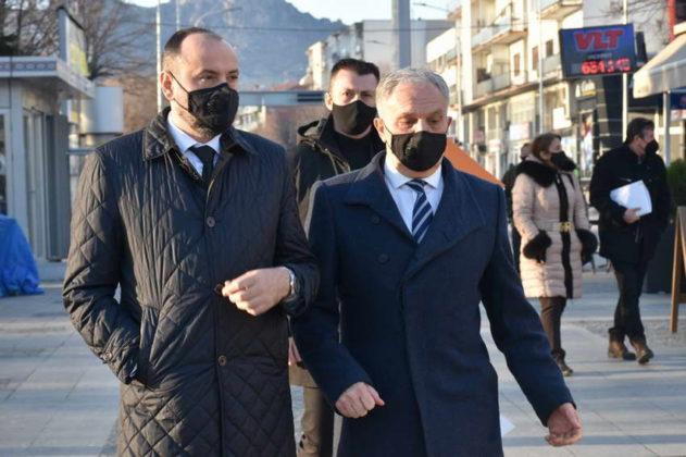 ФОТО: Министрите и градоначалникот на Прилеп ги броеа затворените дуќани Старата чаршија?