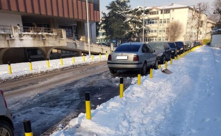 Снегот ги изненади на Клинички, подмрзнатите патеки се опасност за пациентите (ФОТО)