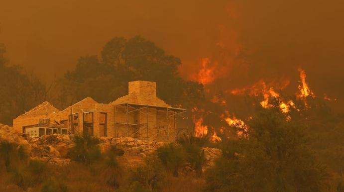 Околу 30 домови уништени во шумски пожар во Австралија