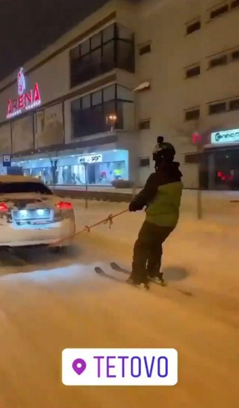 Снегот ги изненади и надлежните во Тетово: Тетовци се скијаат низ улиците на градот (ФОТО)