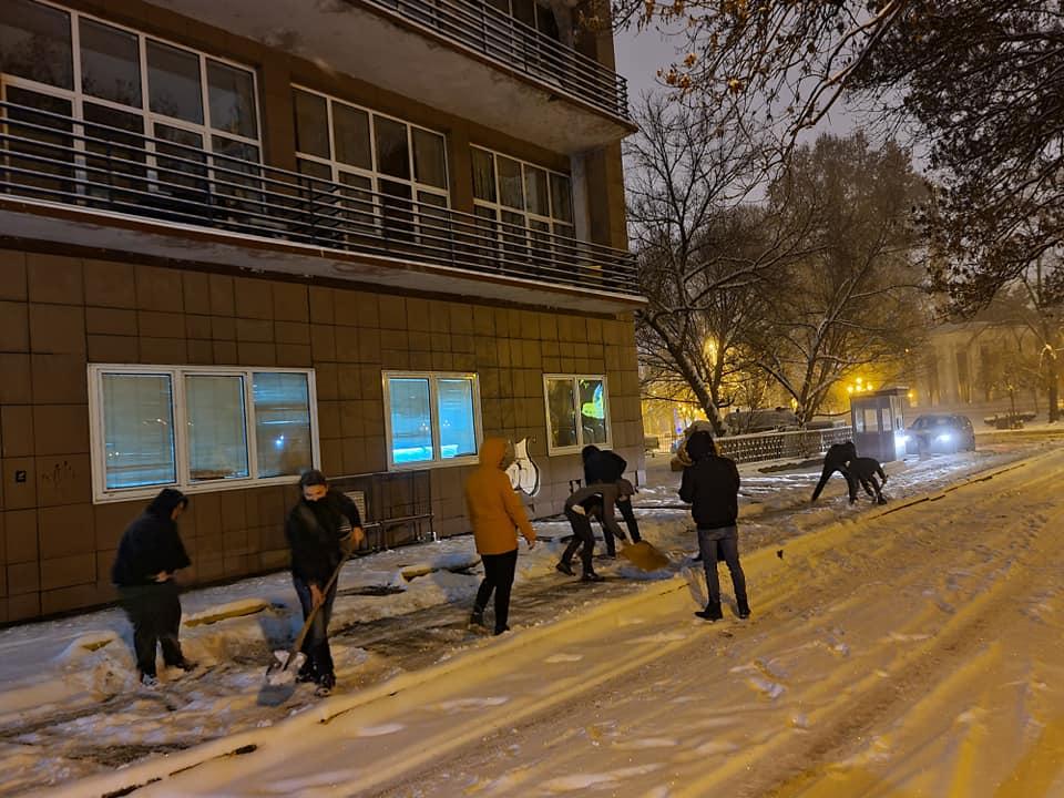ФОТО: Младите од УМС го чистеа снегот место Шилегов