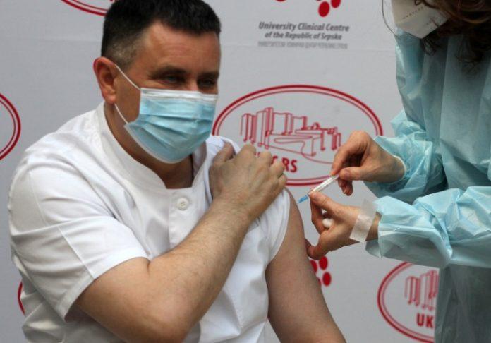 Почна вакцинацијата во БиХ: Прв се вакцинираше директорот на Клиничкиот центар