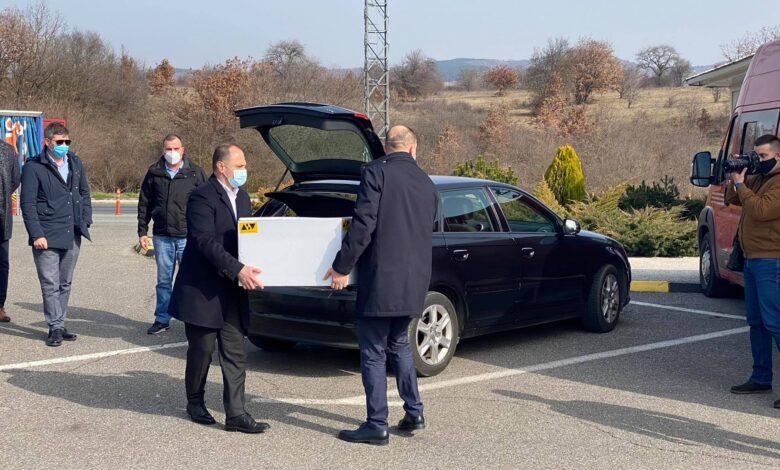 Пристигнаа вакцините од Србија со автомобил АУДИ А3- Филипче ги презеде од граничниот премин Табановце