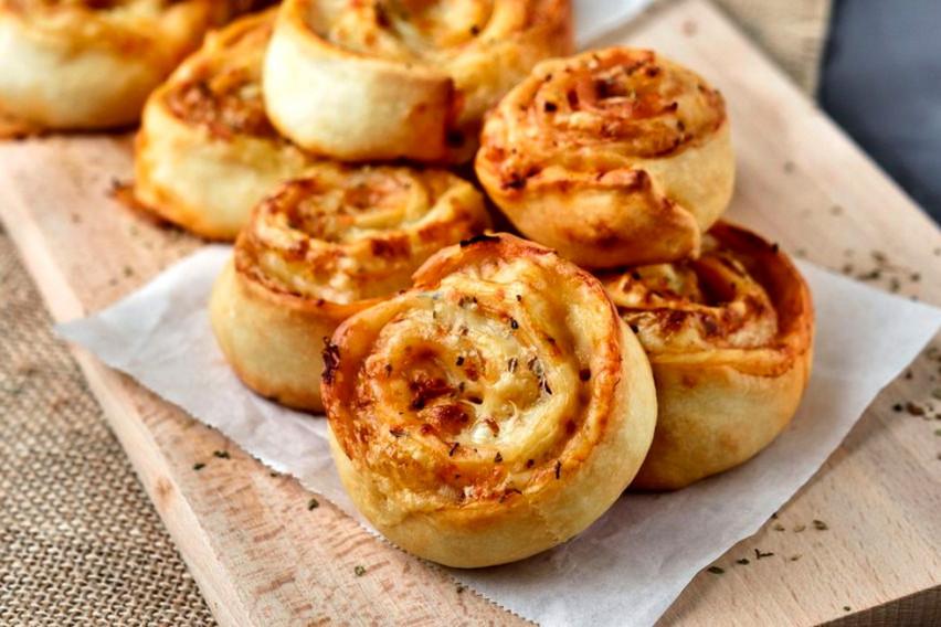 """Брзи """"полжавчиња"""" со сирење и шунка: Рецепт за сласно печиво кое веднаш ќе исчезне од чинијата"""