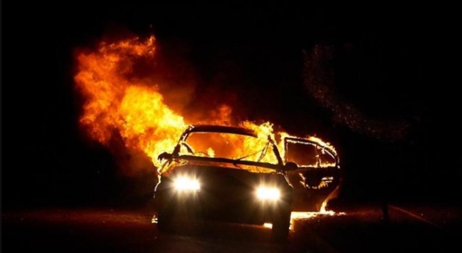 Истрага за опожарен автомобил во Сарај: Го полеал со бензин, па фрлил запалена ракавица