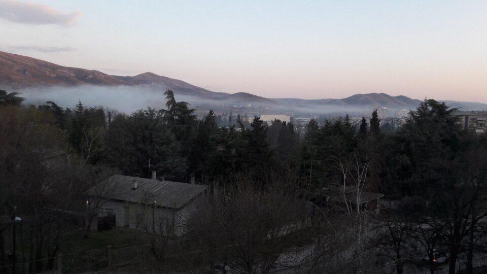 Касарната во Велес секое утро го загадува градот – жителите со прашања до Шекеринска дали таа го одобрува загадувањето (ФОТО)