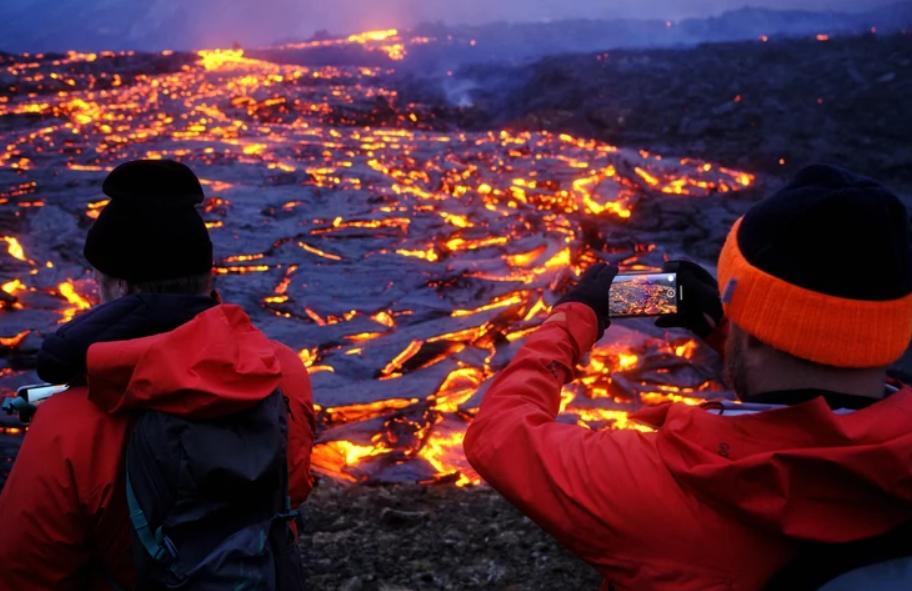 Течат реки од лава, а народот навали кон вулканот: Неверојатни глетки од Исланд(ФОТО+ВИДЕО)