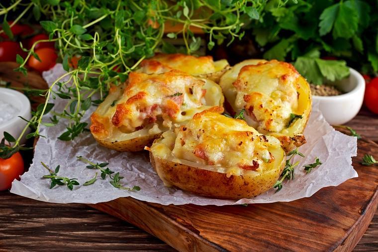 Рецепт за печен компир полнет со сирење, јадење кое сите ќе го обожувате