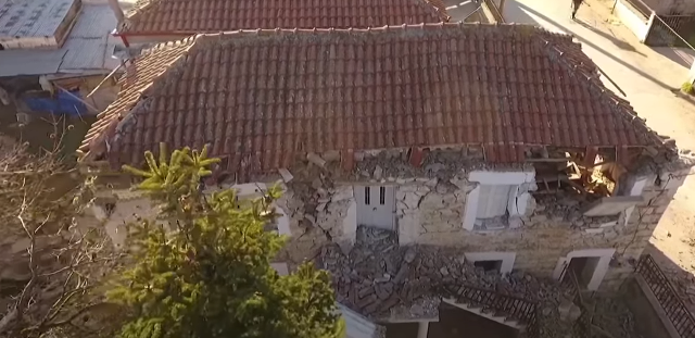 СНИМКИ ОД ДРОН: Срушени згради, домови срамнети со земја, тлото во Грција не мирува и утрово нови силни потреси (ВИДЕО)