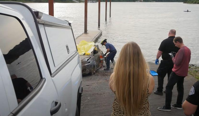 """""""Викнете полиција веднаш"""": Маж пронајден во автомобил во река сосема случајно – решена мистерија стара 12 години (ВИДЕО)"""