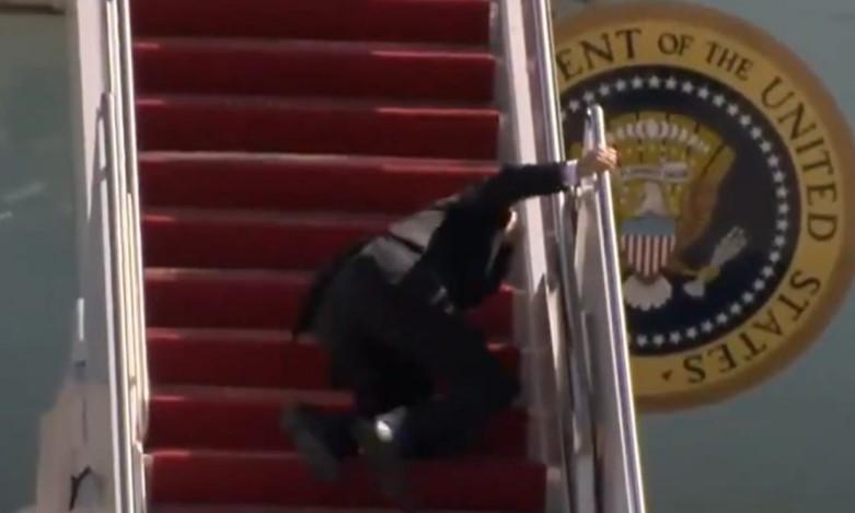 Американскиот претседател имаше незгода: Бајден падна по сопнување на авионски скали (ВИДЕО)