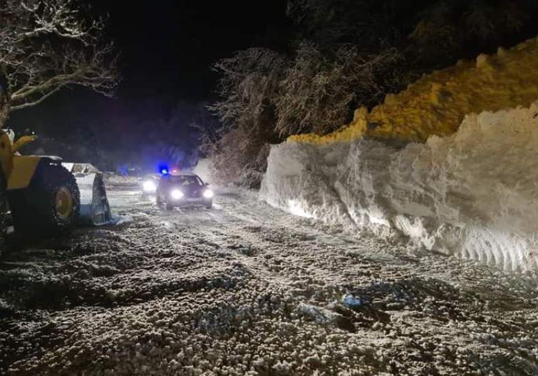 ЕДНО ЛИЦЕ ПОВРЕДЕНО: Расчистени лавините кај Бигорски манастир, патот прооден