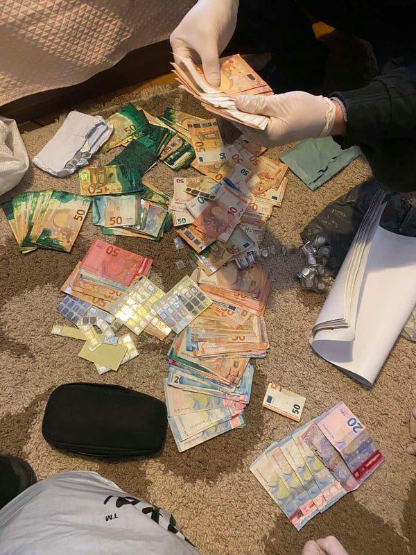 """ФОТО: Во тетовско откриена """"фабрика"""" за фалсификување пари – еве што друго било пронајдено при претресот"""