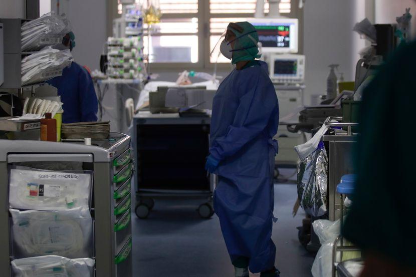 Во ковид центрите во Скопје за 24 часа се хоспитализирани 61 пациенти, а вкупно се лекуваaт 704 болни, сомнителени и потврдени за КОВИД -19