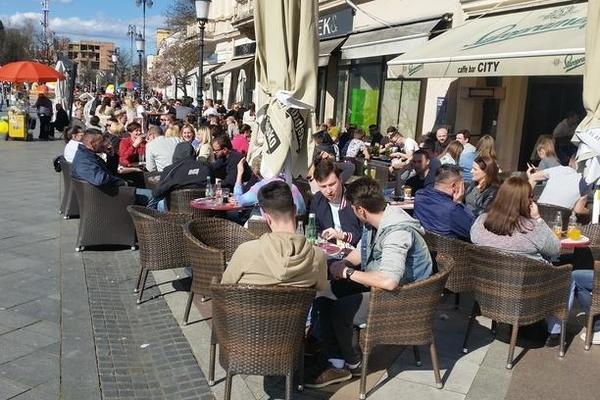 Почнуваат со работа терасите на кафулињата и рестораните во Хрватска
