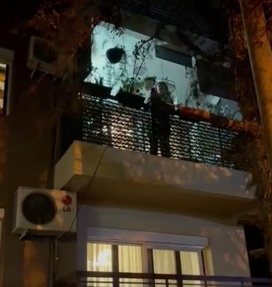 Милица Тодоровиќ подготви вистинско изненадување – пејачката дојде во Скопје и ѝ запеа на Калиопи под балкон (ВИДЕО)