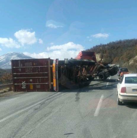 ВОЗЕТЕ ВНИМАТЕЛНО: Камион се преврте кај Плетвар