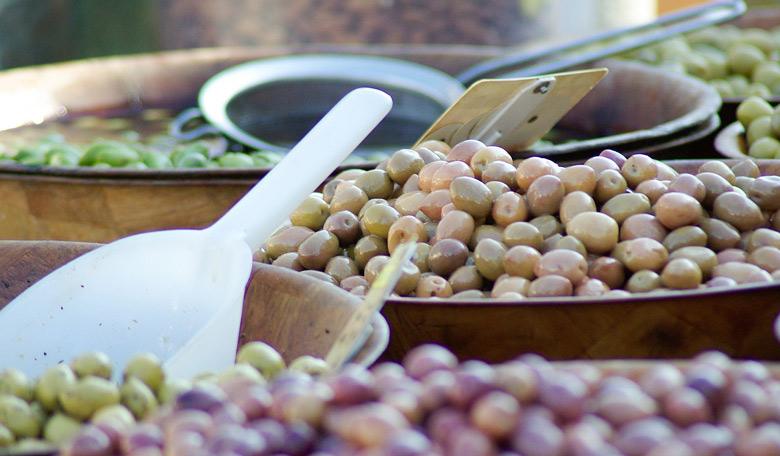 Министерството за одбрана ќе троши скоро 900.000 денари на маслинки и модри сливи